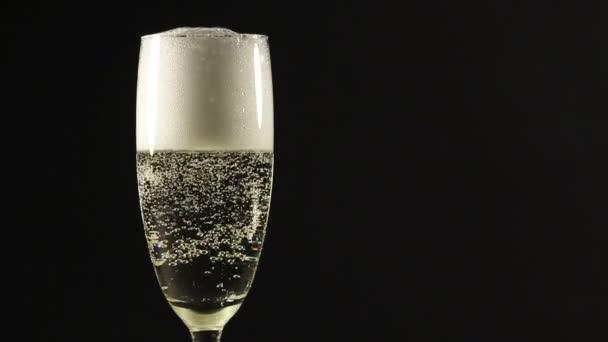 Champagner mit Erdbeere einschenken