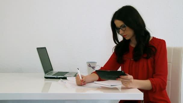 Junge geschäftsfrau mit Bauchschmerzen im Büro