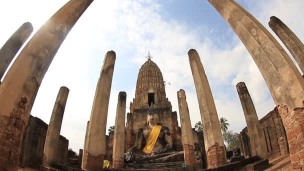 sochy Buddhy v ruinách wat phra si