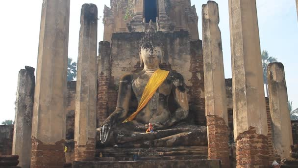 Buddha-szobrok a wat phra si romjai.