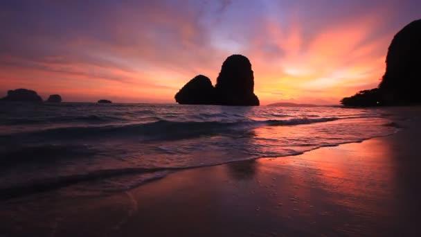 pěkný západ slunce na pláži
