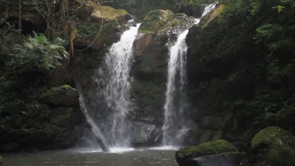 nádherný vodopád v Thajsku