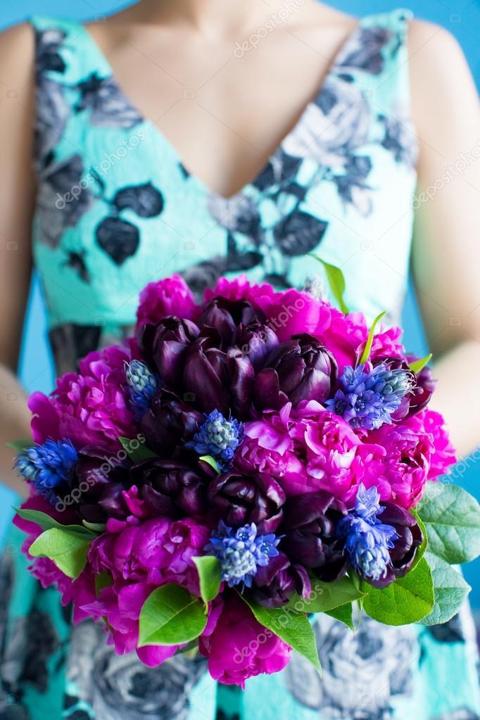 Brautjungfer Halt Einen Hochzeitsstrauss Tulpen Und Pionen In Lila