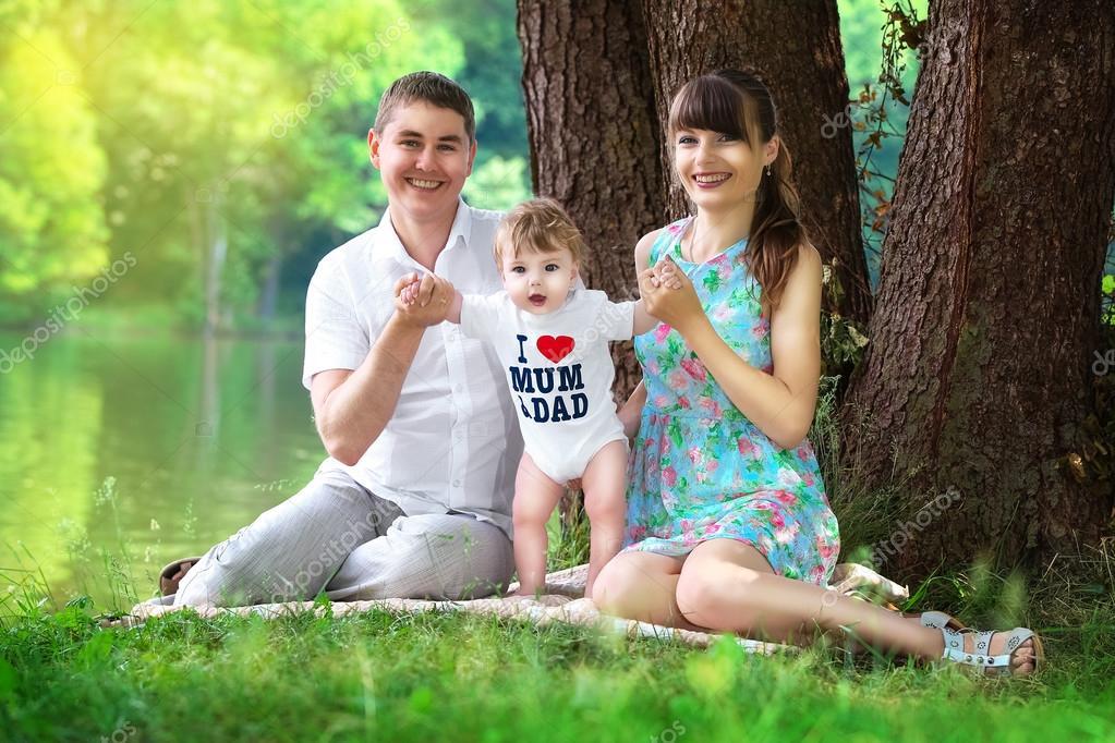 Счастливая семья в лесу - мама, папа и две девочки 72