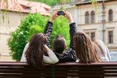 Fotografie drei Freunde hängen in den Park und die Bilder von sich