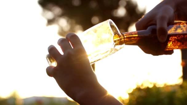 sör, pohárba öntik