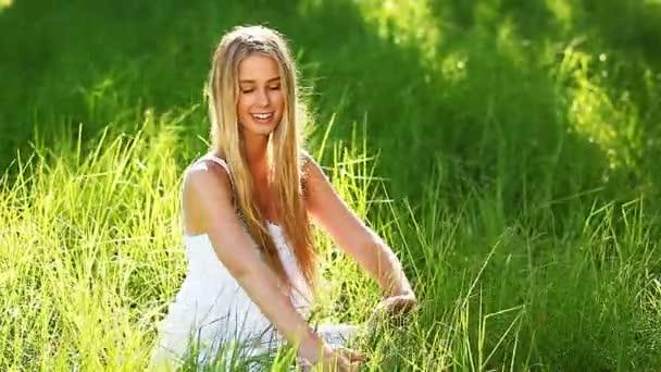 donna toccare erba nel parco
