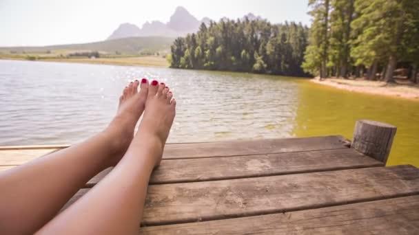 Zenske nohy na molo