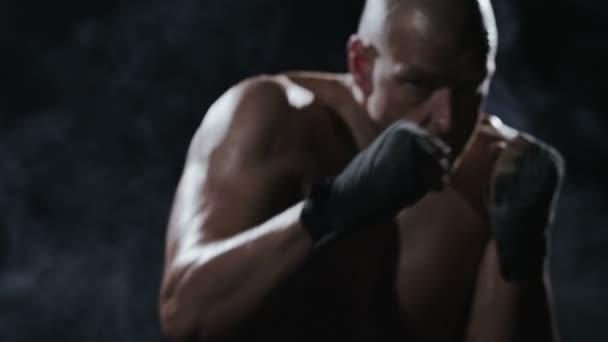 Kickboxer Schattenboxen als Übung für den großen Kampf