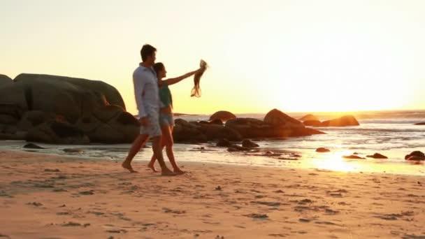 paar in Liebe geht am Strand spazieren.