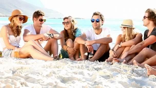 lidé se těší beach party s kytarou