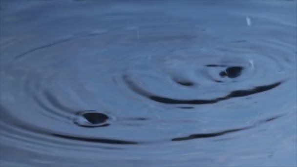 kapky vody zpomalené