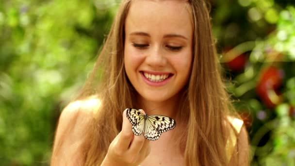 holčička a motýl