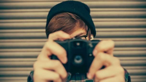 hipster, scattare foto con una vecchia macchina fotografica depoca