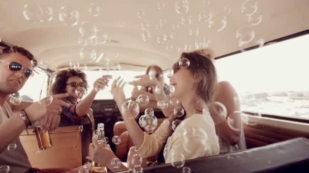 Bokovky vyfukuje bubliny v karavan