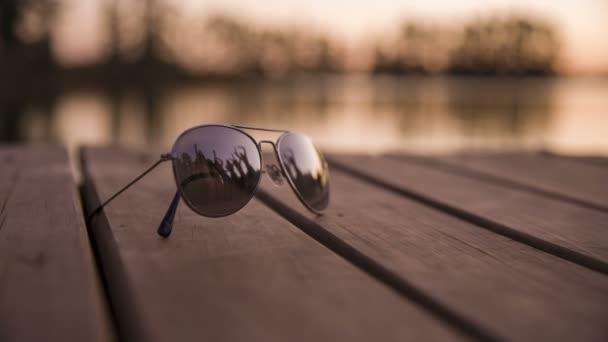 zrcadlený obraz v sluneční brýle ukazuje strana