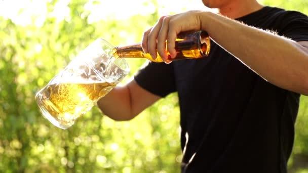 muž nalil pivo do skla