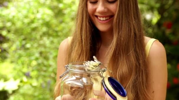 dívka s motýl