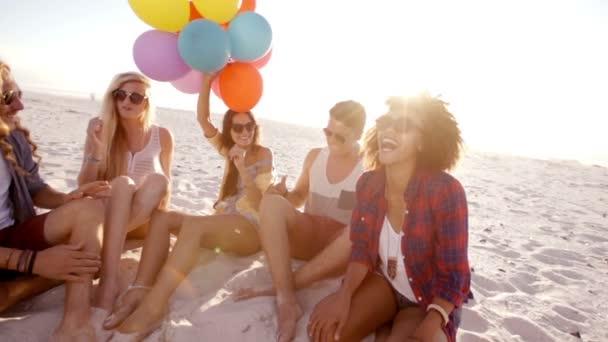 přáteli, kteří hrají s balónky na pláži