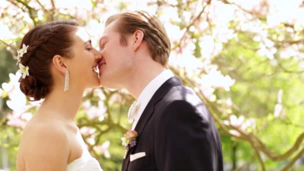 nevěsta a ženich líbat