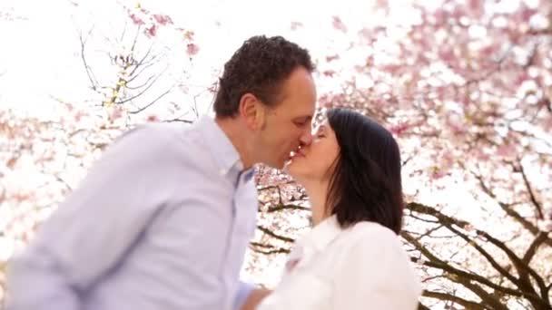 šťastný pár se mezi Třešňové květy