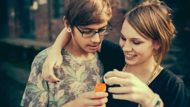 dospívající dívka a její přítel vyfukuje bubliny