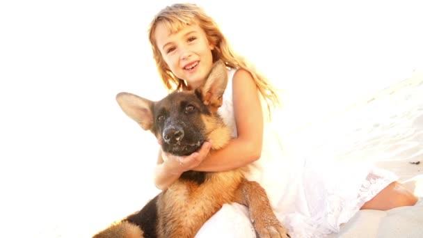 dívka objímá štěně