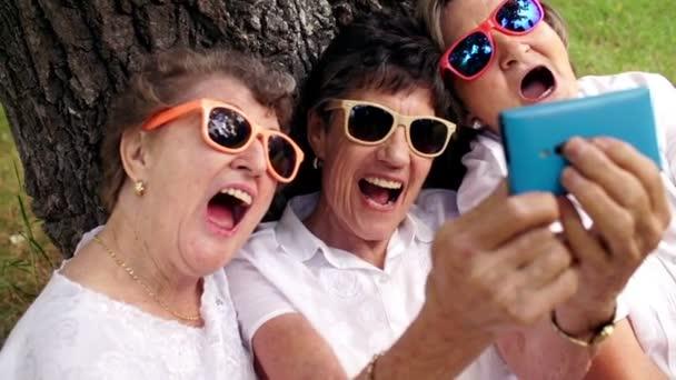 starší ženy s smartphone