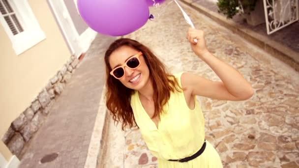 dívka ulici s balónky