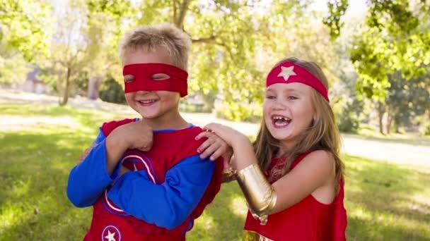 bambini felici supereroe