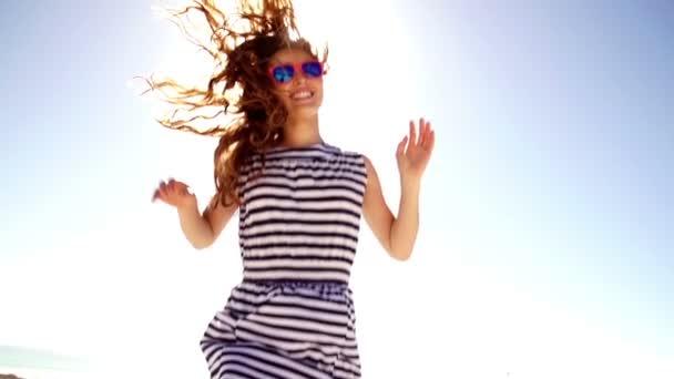 Jumping šťastný dospívající dívka
