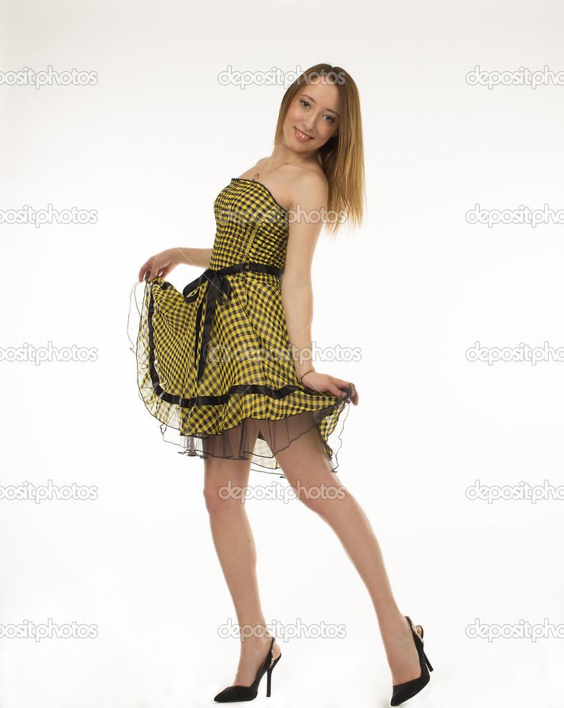 7be5a504db88 Splendida donna. Ritratto di bella donna giovane sorridente in piedi in  abito carino isolato su sfondo bianco in tutta la lunghezza — Foto di ...