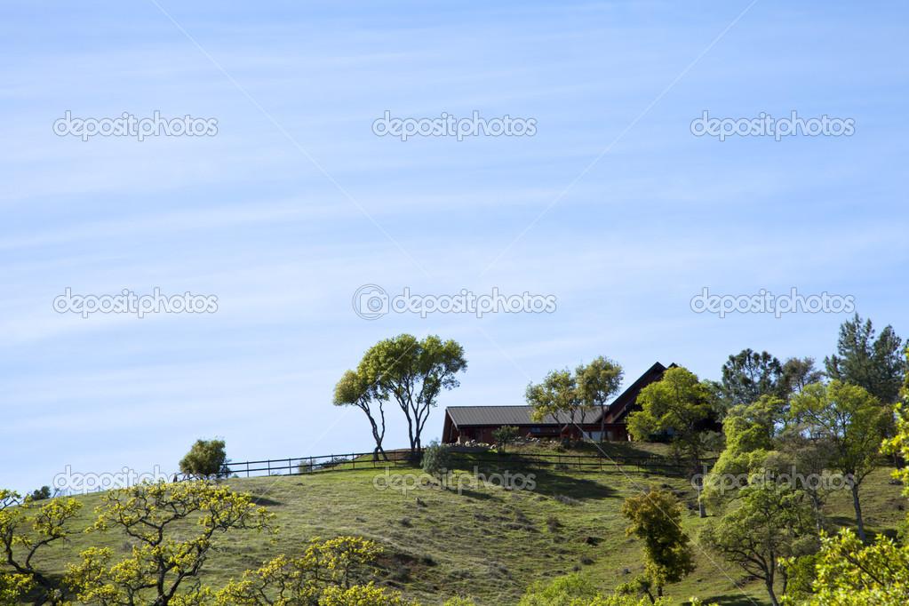 Casa colonica sulla collina foto stock artnature 46052853 for Piani casa moderna collina