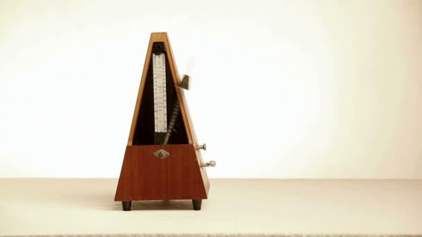 De l'usage du métronome Depositphotos_45568207-stock-video-old-metronome