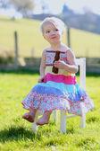 Fotografie Mädchen essen leckere Schokoladenhasen sitzen im freien
