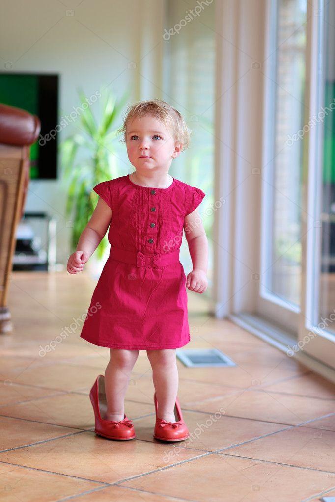 dc9f1008b49369 mooie peuter meisje wandelen binnenshuis in mama s rode schoenen ...