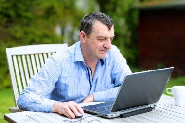 işadamı evde oturan Bahçe dışında laptop ile çalışma