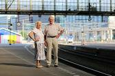 Fotografie Altes Paar warten auf Zug im Bahnhof