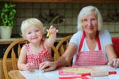 Fényképek Büyükanne torunu ile kurabiye yapma