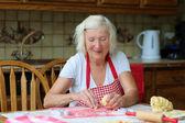 Fényképek cookie-k sütés unokái boldog nagymama