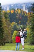Fotografie Vater zeigen seine beiden Kinder das Schloss neuschwanstein