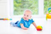 rozkošný chlapeček s barevné koule a hračka auto
