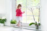 batole dívka dívá z okna