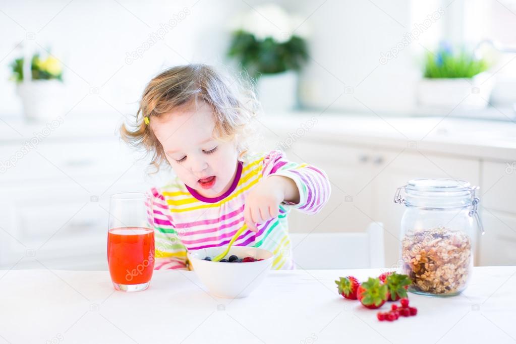 Chica Hermosa Del Niño Desayunando