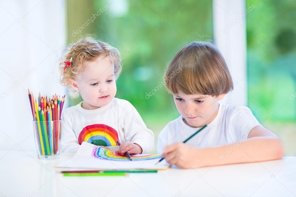 Bureau Blanc Petite Fille : Enfant en bas ge jeune fille assise sur un bureau blanc en