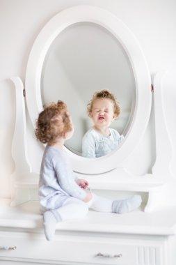 """Картина, постер, плакат, фотообои """"девочка смотрит на свое отражение в круглом зеркале зеркало раме зеркала настенное круглые подсветкой дизайнерские декоративное большие"""", артикул 43250317"""