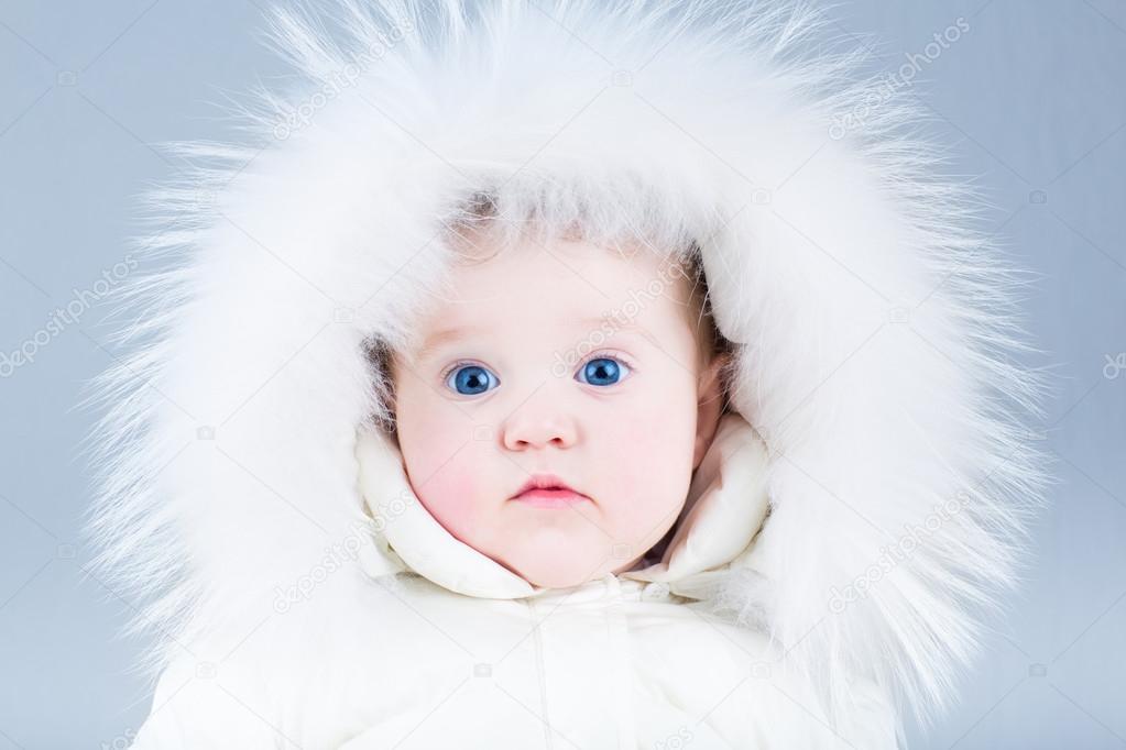 3373daac9 meisje van de baby het dragen van een enorme witte vacht hoed ...