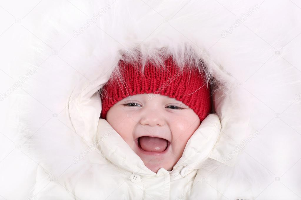 412ca2fcd baby in een witte sneeuw pak en een warme rode gebreide muts ...