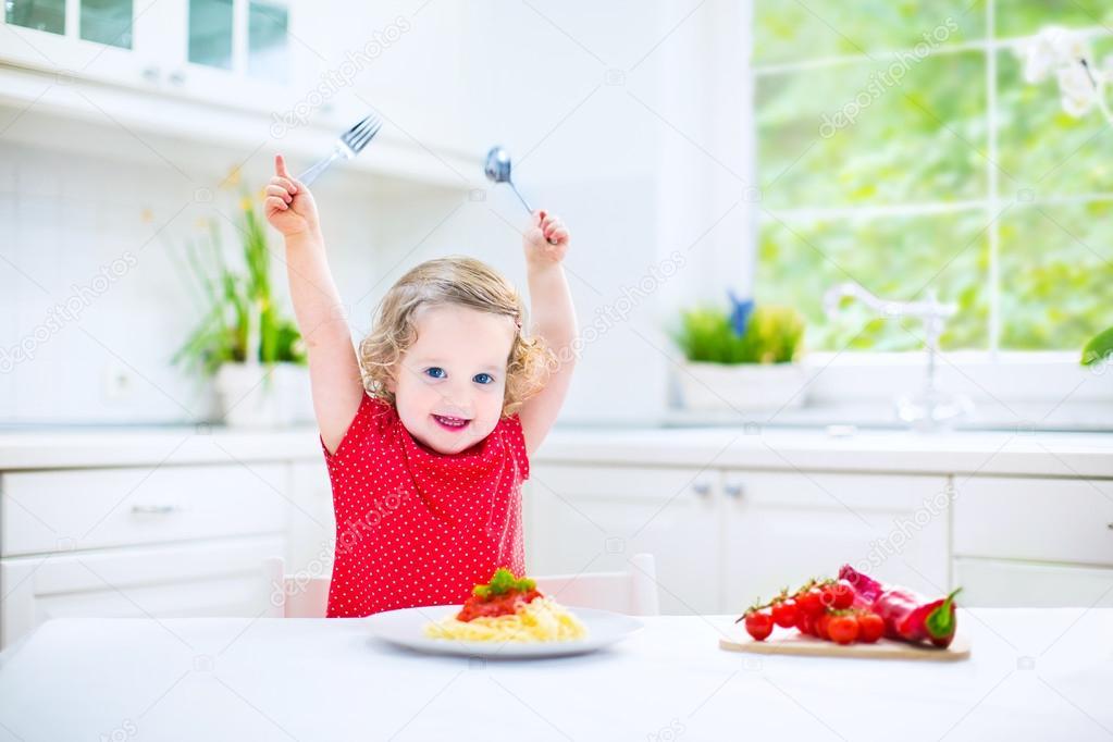 niedlichen kleinkind mädchen essen spaghetti in einer weißen küche ... - Kleinkind Küche
