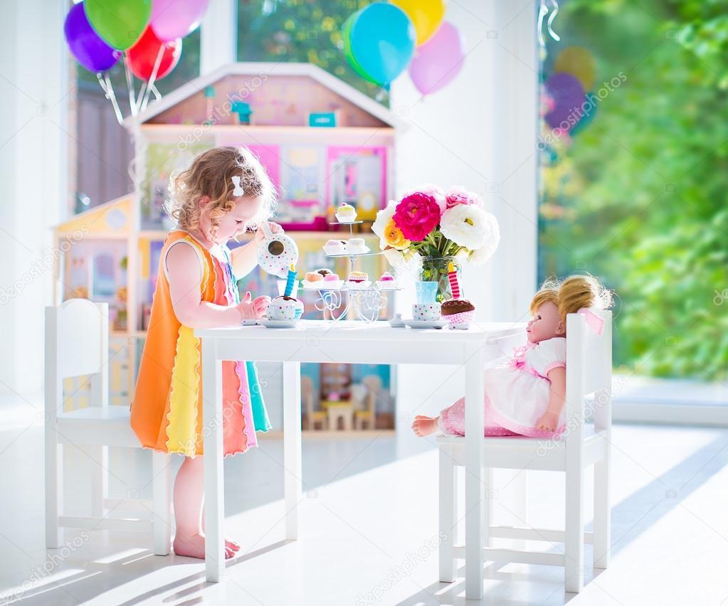 Kleinkind Mädchen spielen Teeparty mit einer Puppe — Stockfoto ...